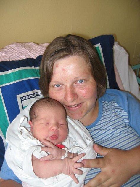 Pětapůlletý Dominik Palečko zNezdřeva chtěl brášku, ale když poprvé viděl novorozenou sestřičku Natálku (4,00 kg/52 cm), která se narodila rodičům Mirce a Milanovi 22. dubna devatenáct minut před devátou hodinou vMulačově nemocnici, byl jí unešený