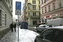 Parkování komplikuje invalidům zmrzlý sníh
