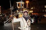 Zdeněk Zajíček jako plzeňský ponocný na zvonici, která se tyčí nad plzeňskými vánočními trhy. Trvají do 23. prosince a každý den nabízejí zábavný a kulturní program. Ve středu 12. prosince se na náměstí Republiky koná zpívání koled.