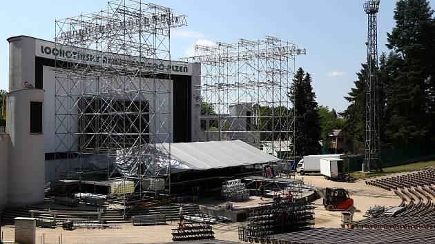 Stavba pódia na koncert skupiny Lucie v amfiteátru na Lochotíně.