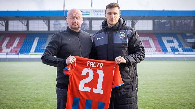 Záložník Šimon Falta už v pondělí pózoval v Doosan Areně s generálním manažerem klubu Adolfem Šádkem, vybral si dres číslo 21.
