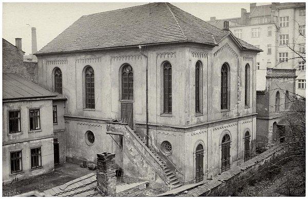 Fotografie staré synagogy pochází z60. let 20.stol.  Dvoupatrová novorománská stavba byla vybudována mezi léty 1858 – 1859podle návrhů architektů Stelzera a Wiesnera