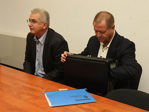 Soud s Františkem Šnajdaufem (vlevo), po kterém žádá starosta Františkových Lázní Ivo Mlátilík omluvu