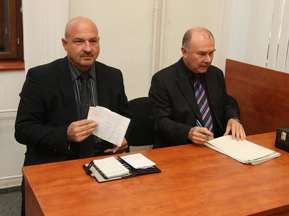 Soud s Františkem Šnajdaufem, po kterém žádá starosta Františkových Lázní Ivo Mlátilík (vlevo) omluvu