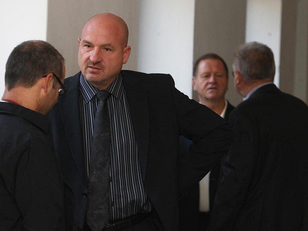 Soud s Františkem Šnajdaufem, po kterém žádá starosta Františkových Lázní Ivo Mlátilík (druhý zleva) omluvu