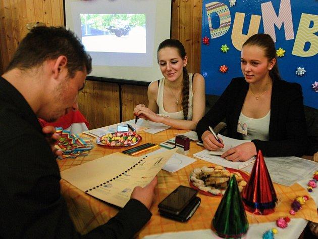 Fiktivní firma se specializuje na přípravu oslav. Zařídí prostory, ale také občerstvení či výzdobu. Firmu založili studenti Střední průmyslové školy dopravní v Plzni.