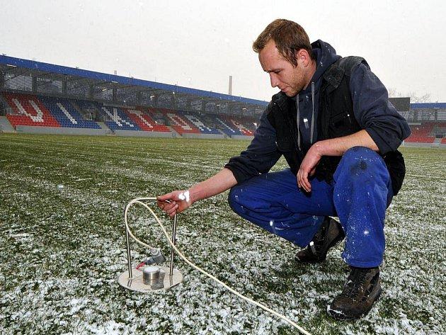 Technický ředitel FC Viktoria Plzeň Vladislav Sloup kontroluje výměník tepla, který zajišťuje vyhřívání trávníku na plzeňském stadionu