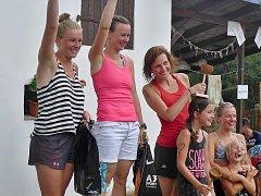 Kategorii super žen ovládla na Kokosím triatlonu v Březíně Lenka Bartošová, která zvítězila s přesvědčivým náskokem sedmi minut před druhou Kateřinou Kuncipálovou (vlevo), třetí skončila Gabriela Homolová.