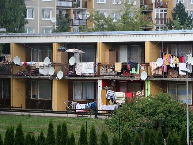 Lidem z okolí ubytovny vadí , že její nájemníci nechodí do práce a nemají zájem se přizpůsobit soužití s nimi.