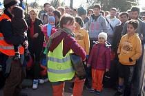 Petra Týnovská vyrazila s plzeňskými dobrovolníky  na srbsko-chorvatské hranice loni dvakrát. Dlouhé chvíle čekání zpříjemňovala uprchlíkům třeba i hraním na kytaru.