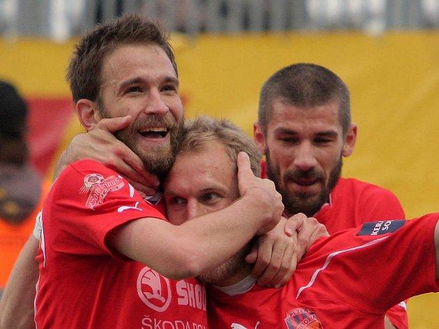 """Marek Bakoš (vlevo se svými spouhráči Danem Kolářem a Janem Rezkem) se na jaře trefil už pětkrát. """"Věřím, že nějaký ten gól ještě přidám a pomohu mužstvu ke kýženému cíli,"""" říká Bakoš"""