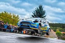 Fiesta plzeňské posádky EuroOil - invelt teamu s rozbitými světlomety skáče přes horizont během Rallye Příbram.