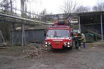 K padlému stromu na Vejprnické ulici v Plzni si hasiči museli přivolat i autojeřáb