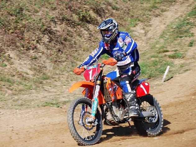 Jezdec týmu SKPM - KTM CZ Praha Bohumil Poslední vyhrál obě jízdy a tím pádem se radoval i z celkového vítězství v sobotním závodě. První příčka mu ve třídě Veterán patří i v celkovém pořadí republikového šampionátu.