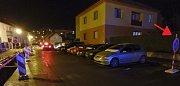 Požár prodejny autodílů v Přešticích. Zásah hasičům komplikovaly vozy zaparkované na zákazu stání a hluboký výkop