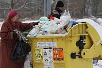 Plný kontejner s plasty v předních Skvrňanech, na křižovatce ulic Jakuba Škardy a Křimické ulice