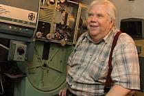 Promítač Jiří Korda strávil v promítací kabině kina Elektra téměř 40 let. Naposledy se sem podíval před třemi lety, když se Elektra výjimečně otevřela veřejnosti.
