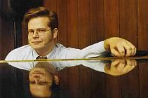 Dirigent  a  skladatel  Václav  Zahradník  připravuje  společný  koncert Plzeňské filharmonie a skupiny Arakain.  S orchestrem zkoušel už během minulého týdne v Plzni