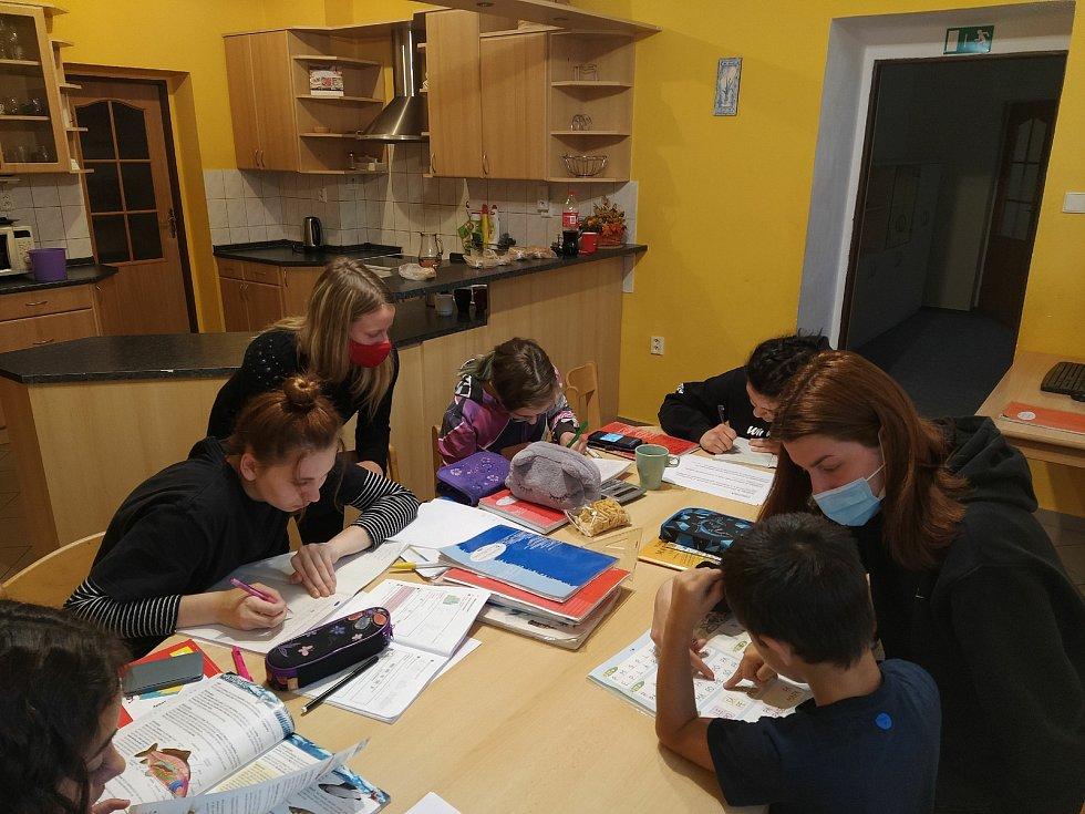Studenti při učení s dětmi v dětském domově v Nepomuku.