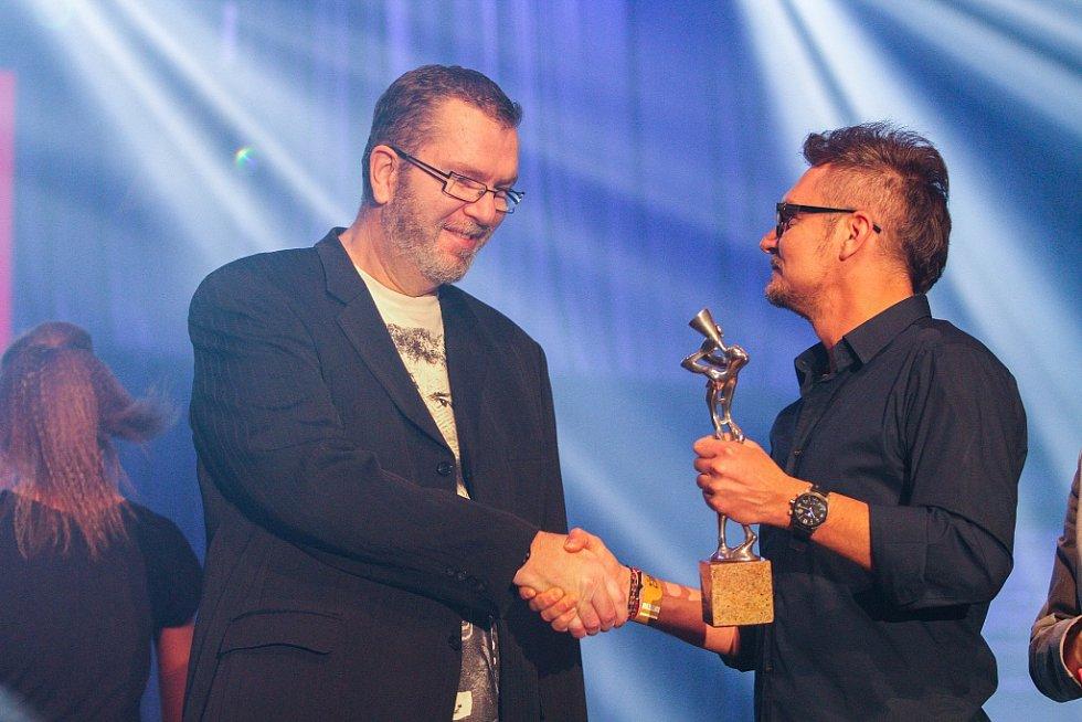 Richard Müller zazpíval největší hity své hudební kariéry a získal speciální cenu magazínu iReport
