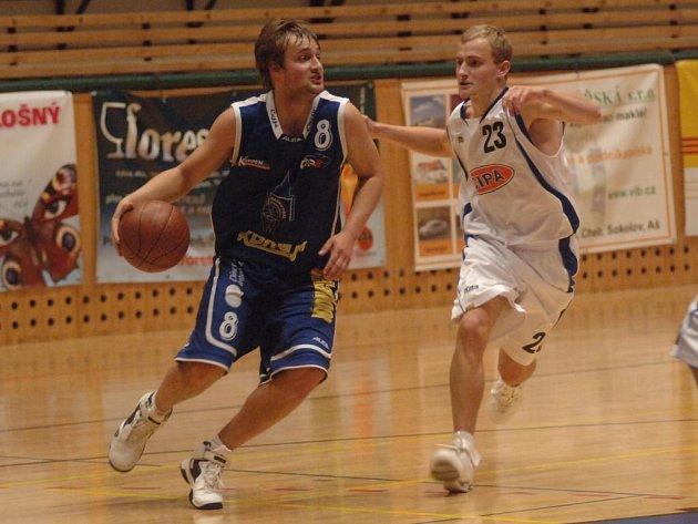 Ondřej  Pešek  z týmu Basket Západ (vlevo) proniká kolem  hráče Vyšehradu  Ladislava Malého  ve středečním předehrávaném utkání první  basketbalové ligy v Plzni, které skončilo výhrou domácího celku 75:51