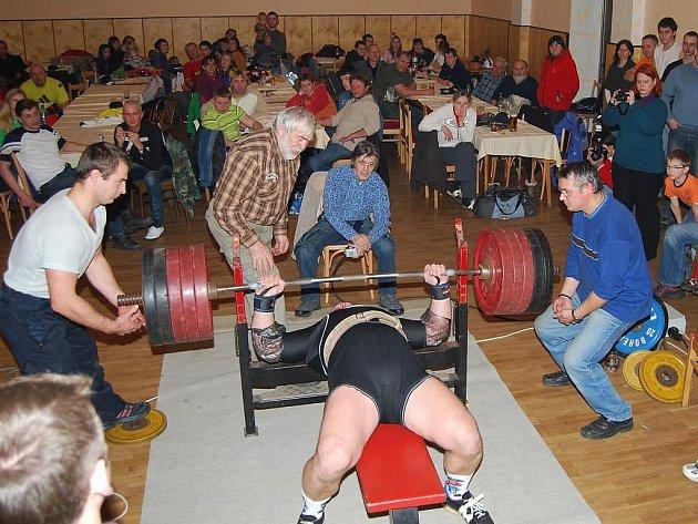 Vánoční cenu v benčpresu vyhrál ve Vejprnicích borec místního Sokola Jaroslav Šoukal úctyhodným výkonem 255 kg. Na snímku je zachycen při vítězném pokusu