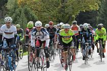 Několik desítek cyklistických nadšenců se vydalo se svými koly na dlouhou trať kolem Šumavy.