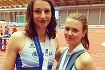 Zlatá dálkařka Anna Křížková (vlevo) a bronzová Tereza Hrochová.