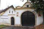 Brána domu čp. 4 na dýšinské návsi je ukázkový příklad zděné lidové architektury.