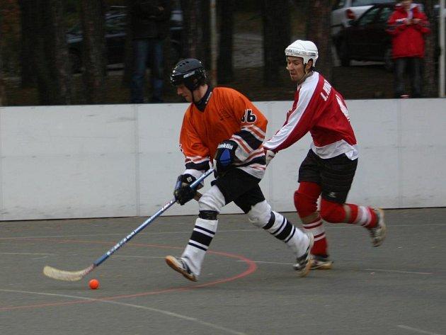 ¨Třemošenští hokejbalisté (vlevo Petr Kůrka) o víkendu vyhráli v Litoměřicích a prohráli v Kladně. V neděli je čeká poslední podzimní  duel s Heřmanovým Městcem