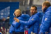 Trenér Ladislav Čihák (uprostřed) během zápasu na střídačce Škody Plzeň.