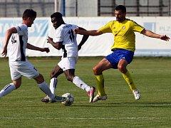 Musa Ansuma (uprostřed) v zápase proti Senku.