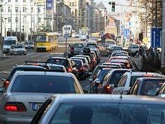 Klatovská třída je ráno i odpoledne v dopravních špičkách beznadějně ucpaná. Nervy mají jako na drátkách řidiči i chodci