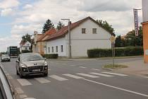 Zrádná křižovatka v Líních projde změnou. Řidiči přijíždějící od Tlučné a od nám. 1. máje mají špatný výhled