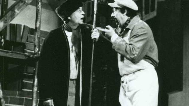 Ve Smetanově opeře Tajemství vyměnil Miloslav Janda mladého Vítka po letech za zvoníka Jirku (vlevo). Na snímku v inscenaci z roku 1982 spolu s Oldřichem Wieserem v roli zednického mistra