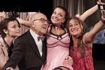 Petr Nárožný říká,že v bulvární komedii V Paříži bych tě nečekala, tatínku, hraje velmi rád – vždyť to podle něj je pohlazení po duši.