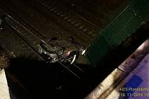 Auto v Sušické ulici v Plzni sjelo z mostu do železničního kolejiště