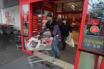 Sobotní nákupy v Penny v Plaské ulici v Plzni.