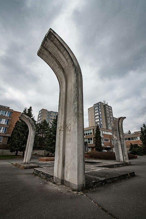 Centrální plastika - Čtyři střední školy se nachází na nádvoří Střední průmyslové škola dopravní. Betonové pylony (jakožto symbol čtyř středních škol) vytvořil v roce 1982 Miloslav Hrubec.