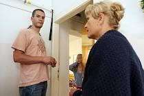 Majitelka bytu se svým synem přišla zkontrolovat, zda se rodina chystá k vystěhování. Otevřela jim jedna z dcer