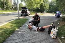 Strážníci pomáhali zraněnému muži.