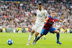 Na snímku Patrik Hrošovský (v červenomodrém) v souboji s Casemirem z Realu Madrid