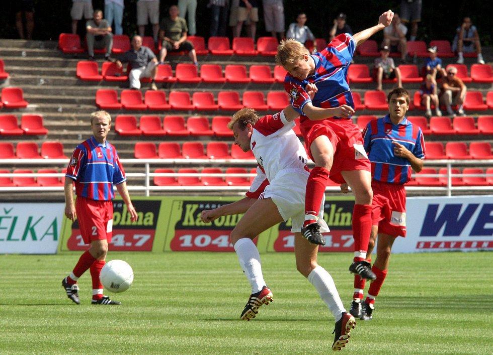 Poprvé mezi elitou, premiéru v první lize si odbyl David Limberský proti Žižkovu. Na snímku je v zápase s pražskou Slavií.