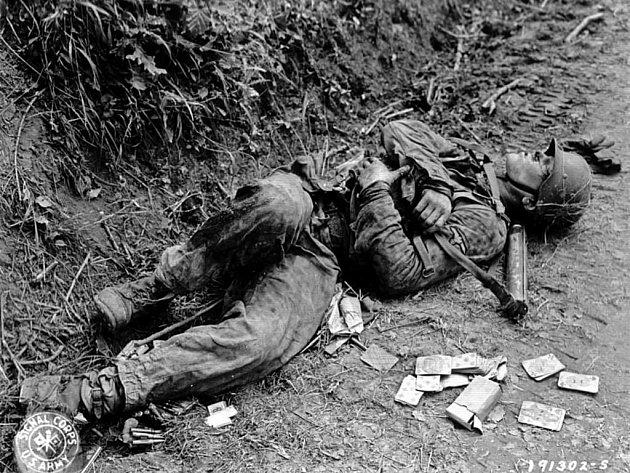 Zabitý příslušník elitních jednotek SS Waffen, kolem něj rozházené hrací karty
