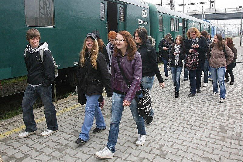 PRVNÍ POMOC  není ve skutečnosti tak jednoduchá, jak se při instruktáži zdá. Přesvědčily se o tom studentky plzeňské Střední školy profesora Švejcara v Preventivním vlaku, který nyní staví na Hlavním nádraží v Plzni.