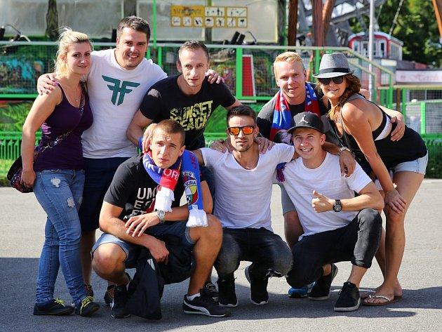Na snímku jsou nahoře zleva: Dagmar Homolová, Láďa Holeček, Miroslav Cink, Lukáš Böhm, Marcela Šeráková, v dolní řadě zleva jsou: Matěj Strejček, Jakub Kohout, Jakub Šroubek