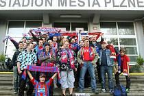 Plzeňští fanoušci se hrnou na jih. V pondělí jich část odjížděla autobusy od stadionu ve Štruncových sadech