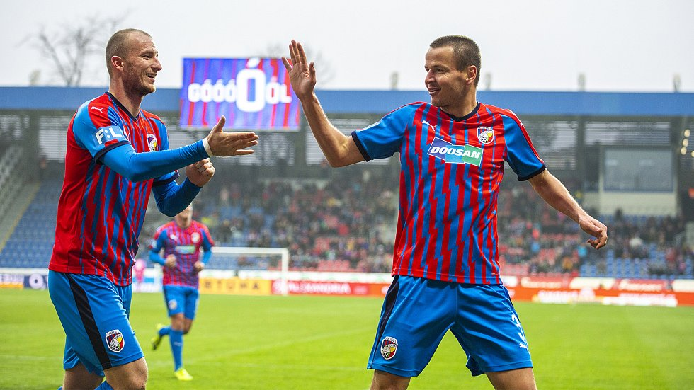 Plzeňský fotbalista Adam Hloušek (vpravo) se raduje se spoluhráčem Michaelem Krmenčíkem ze vstřelené branky v zápase s Libercem.