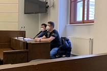 Obžalovaný Radim K. z Plzně (na snímku vpředu) spolu se svým obhájcem u plzeňského okresního soudu.