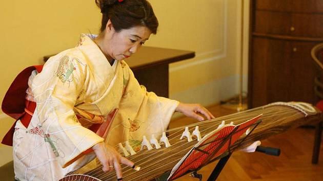 Hudebnice Kanenisha Chikako zahrála v úterý klasickou japonskou skladbu, V pátek předvede i moderní muziku